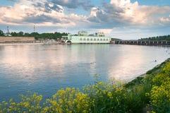 以Volkhov水力发电的statio为目的夏天风景 图库摄影