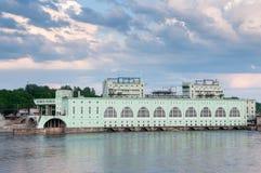 以Volkhov水力发电的statio为目的夏天风景 免版税图库摄影