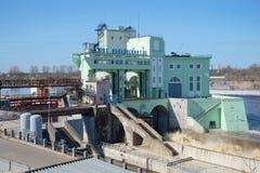 Volkhov水力发电站特写镜头大厦在一个晴朗的劳动节 Volkhov 库存照片