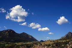 Volkomen Indische Pas - Wolken die langs drijven - tussen Cody en het Nationale Park van Yellowstone in Wyoming royalty-vrije stock afbeeldingen