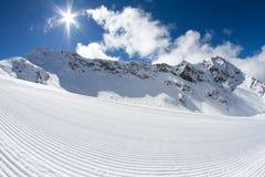 Volkomen verzorgde lege ski piste Stock Afbeeldingen