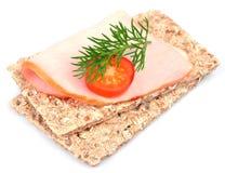 Volkoren knäckebrood en bacon Royalty-vrije Stock Foto's