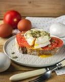 Volkorenbroodtoost en Gestroopt Ei met Tomaten stock fotografie