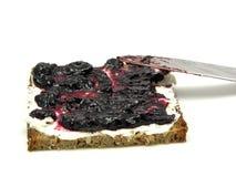 Volkorenmeel butterbread met bosbessenjam stock afbeelding