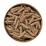 Volkorenpenne pasta in Geïsoleerde Kom Hoogste Mening Royalty-vrije Stock Afbeeldingen