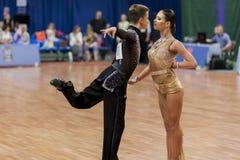 Volkov Iliya y Stasyuk Ekaterina Perform Adult Latin-American Program en campeonato nacional Imagen de archivo libre de regalías