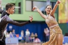 Volkov Iliya y Stasyuk Ekaterina Perform Adult Latin-American Program en campeonato nacional Foto de archivo