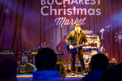 Volks de Markt Vrij Overleg Boekarest Van de binnenstad van Musicusvasile seicaru singing at christmas royalty-vrije stock foto