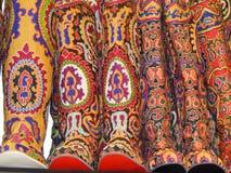 Volksambachten Hoge laarzen met oosters borduurwerk Stock Afbeelding