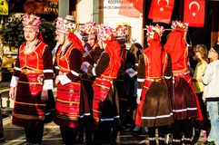 Volksdansers op Nationale Soevereiniteit en Kinderen` s Dag - Turkije Stock Foto's