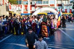 Volksdansers op Nationale Soevereiniteit en Kinderen` s Dag - Turkije Stock Afbeelding