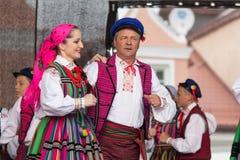 Volksdansers van stad van Lowicz en traditionele kostuums, Polan Stock Afbeelding