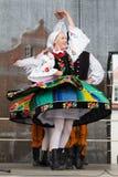 Volksdansers van stad van Lowicz en traditionele kostuums, Polan Stock Afbeeldingen