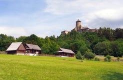 Volkshäuser und Schloss in Stara Lubovna stockbild
