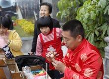 Volkskünstler stellen Teigpuppe des traditionellen Chinesen her Lizenzfreie Stockfotos