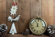 Volkskunstvogel Weihnachtsdekorationen, Weinleseuhr und pinecones Stockfoto