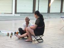 Volksmedizin, massiert die Beine für Frauen lizenzfreie stockfotos