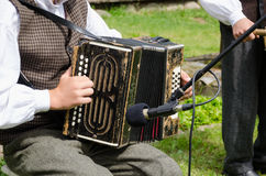 Volksmusik des Akkordeonspielermannspiels mit Akkordeon Stockfotografie