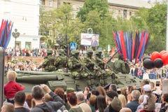 Volksrepublik DONETSKS, Donetsk 9. Mai 2018: Sowjetische gepanzerte Infanterie stützen Maschine auf der Hauptstraße der Donetsk-S stockfotos