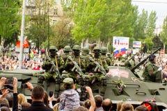 Volksrepublik DONETSKS, Donetsk 9. Mai 2018: Sowjetische gepanzerte Infanterie stützen Maschine auf der Hauptstraße der Donetsk-S lizenzfreie stockfotografie