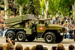 Volksrepublik DONETSKS, Donetsk 9. Mai 2018: Sowjetischer Absolvent Artillerie MLRS BM-21 auf der Hauptstraße der Donetsk-Stadt Stockbilder