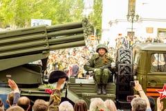 Volksrepublik DONETSKS, Donetsk 9. Mai 2018: Sowjetischer Absolvent Artillerie MLRS BM-21 auf der Hauptstraße der Donetsk-Stadt Stockfotografie
