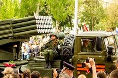 Volksrepublik DONETSKS, Donetsk 9. Mai 2018: Sowjetischer Absolvent Artillerie MLRS BM-21 auf der Hauptstraße der Donetsk-Stadt Lizenzfreies Stockfoto
