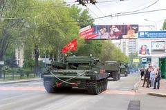 """Volksrepublik Donetsks, Donetsk, Ukraine-†""""am 9. Mai 2019: Spalte von den Militärtechniken, die durch die Hauptstraße von fahre stockfotografie"""