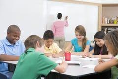 Volksschule clasroom mit Lehrer Lizenzfreie Stockfotografie