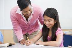Volksschule clasroom mit Lehrer Lizenzfreie Stockbilder