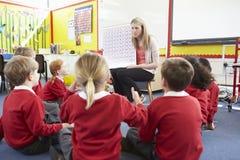 Volksschule-Schüler Lehrer-Teaching Maths Tos Stockbilder