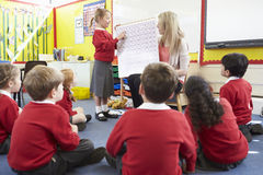Volksschule-Schüler Lehrer-Teaching Maths Tos Lizenzfreie Stockfotografie