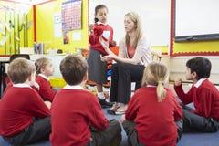Volksschule-Schüler Lehrer-Teaching Maths Tos Lizenzfreies Stockbild
