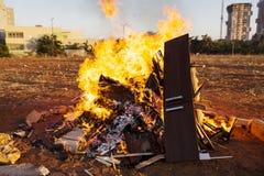 Volksschule scherzt die Teilnahme an festlichen Verzögerung Baomer-Feuern in Rishon Le Zion, Israel Lizenzfreie Stockfotografie