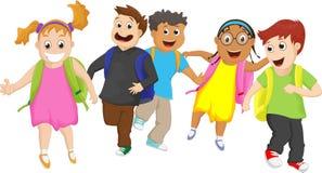 Volksschuleschüler, die draußen zusammen laufen Lizenzfreie Stockfotografie