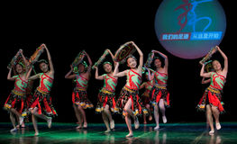 Volkstanz: Tujia-Mädchen Lizenzfreie Stockfotos