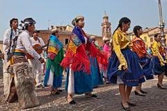 Volkstanzensemble von Ecuador führt traditionellen Tanz durch lizenzfreie stockfotografie