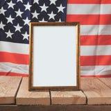 Volkstrauertaghintergrund Bilderrahmen über USA-Flagge Stockfotografie