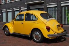 Volkswagen amarillo Kafer - escarabajo clásico de VW Imágenes de archivo libres de regalías