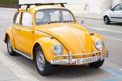 Volkswagen amarillo Kafer se coloca parqueado Imagenes de archivo