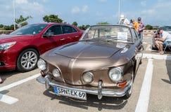 Volkswagen antiguo en una exposición de los coches del vintage parqueó cerca de la alameda grande de Regba Fotografía de archivo