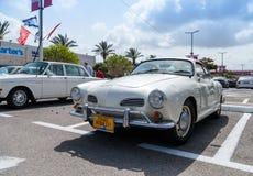 Volkswagen antiguo en una exposición de los coches del vintage parqueó Volkswagen nearAncient en una exposición de los coches del Imagenes de archivo