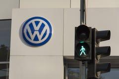 Volkswagen-Autoherstellerlogo auf einem Gebäude der tschechischen Verkaufsstelle Stockbild