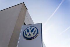 Volkswagen-Autoherstellerlogo auf einem Gebäude der tschechischen Verkaufsstelle Lizenzfreies Stockbild