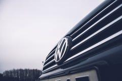 Volkswagen bedrägeriskandal - Volkswagen logo arkivfoton