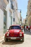 Volkswagen Beetle antico sulla via, Cuba, Avana fotografia stock libera da diritti