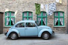 Volkswagen Beetle en la ciudad vieja de Aarhus, Dinamarca Foto de archivo libre de regalías