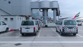 Volkswagen-bestelwagens op luchthaventarmac stock video