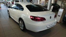 Volkswagen CC som framläggas i visningslokal Royaltyfri Bild