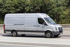 Volkswagen Crafter Van sulla strada immagini stock